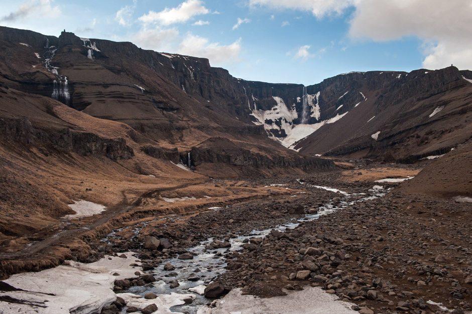 in sentiero per la Cascata di Hengifoss in Islanda
