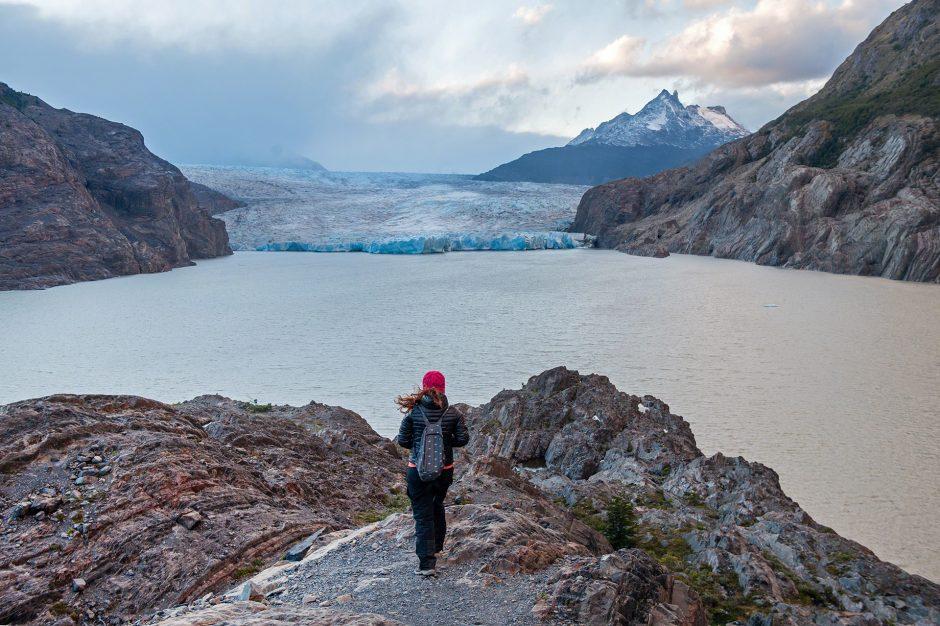 Ragazza osserva il Glacier Grey dal sentiero del parco nazionale di Torres del Paine, Cile