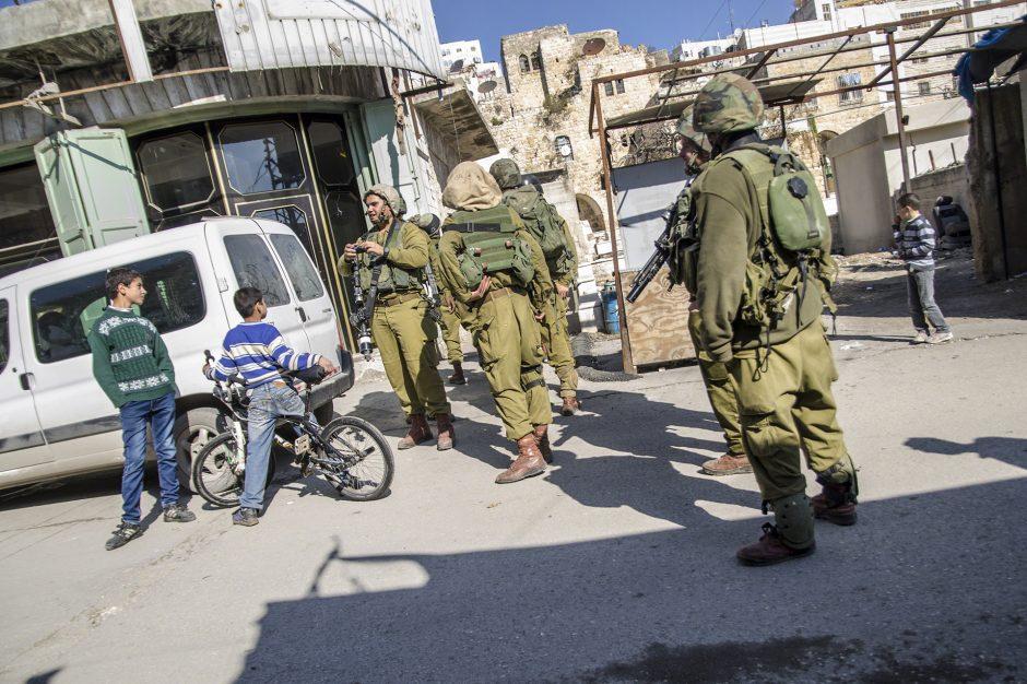 militari e bambini nelle strade di Hebron